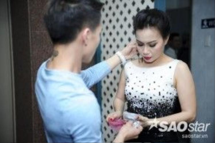 """Nữ giám khảo xinh đẹp Cẩm Ly có mặt trong hậu trường từ rất sớm. """"Chị tư"""" bận rộn với việc chuẩn bị trang phục."""