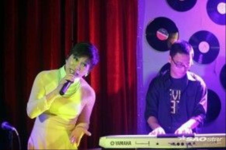 Ca sĩ Quỳnh Hoa mang đến đêm nhạc một cảm xúc sâu lắng.