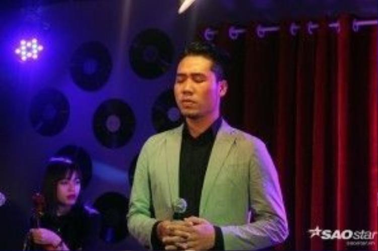 Giọng hát của Tuấn Hiệp dày, nội lực, gai góc và khá phong trần nhưng khi hát nhạc Trịnh bỗng trở nên nhẹ nhàng và quyến rũ.