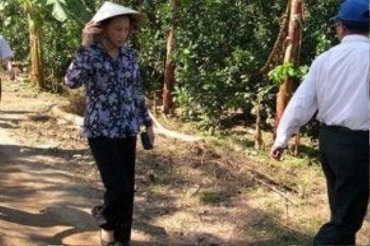 Bà không chọn con đường đó mà đề nghị đi đường bộ để đến hiện trường nhanh hơn và đến gia đình các nạn nhân tiện hơn.