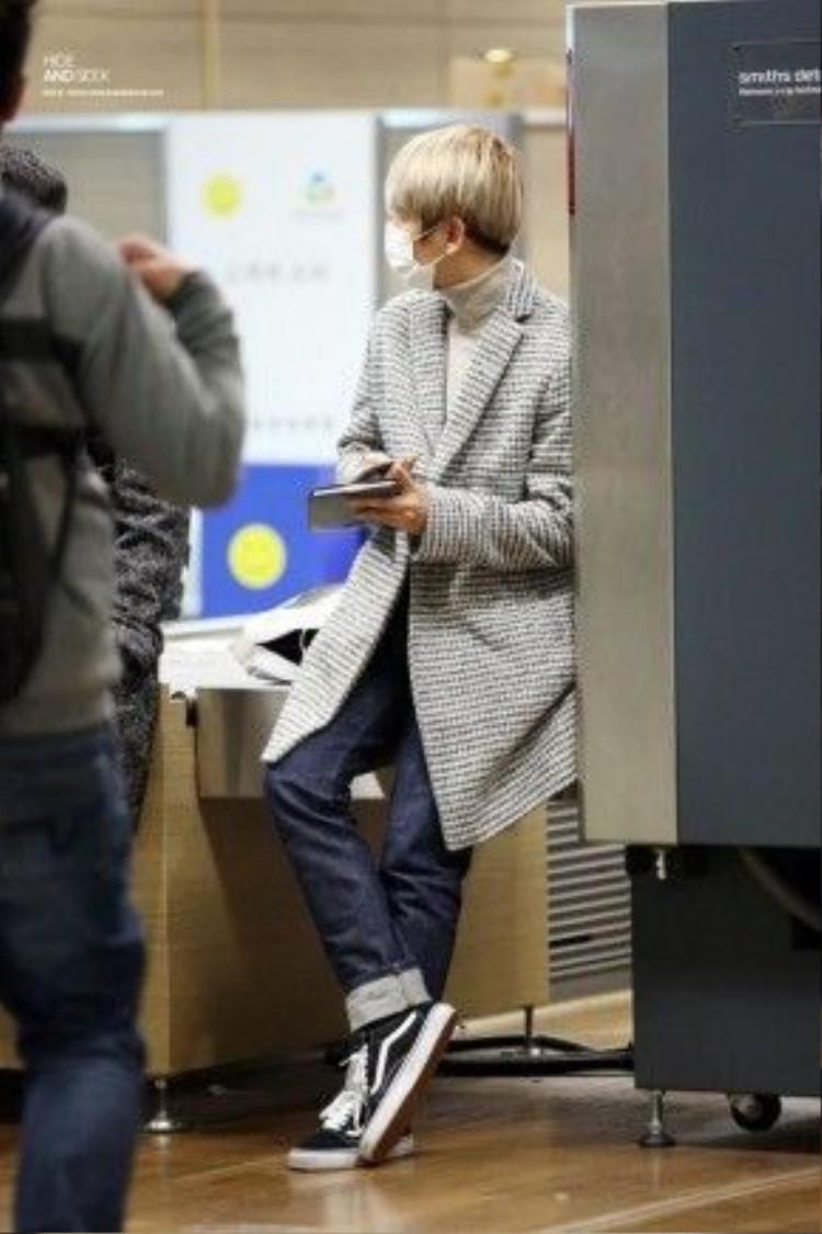 Kiểu áo này dường như kết hợp được với mọi loại giày như đôi sneaker thương hiệu Vans của thành viên Baekhuyun.