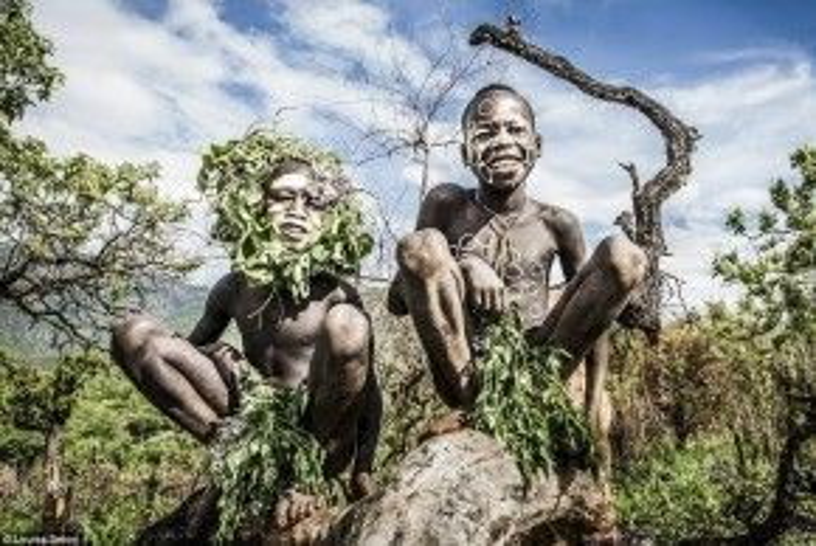 Người Surma có hai tộc là Suri và Mursi, sinh sống rải rác dọc sông Omo miền tây nam Ethiopia. Nhiếp ảnh gia Louisa Seton đã dành thời gian ghi lại hình ảnh của những con người đặc biệt này. Trong ảnh, trẻ em của tộc Suri ngồi nghỉ trên thân cây ở giữa đồng.