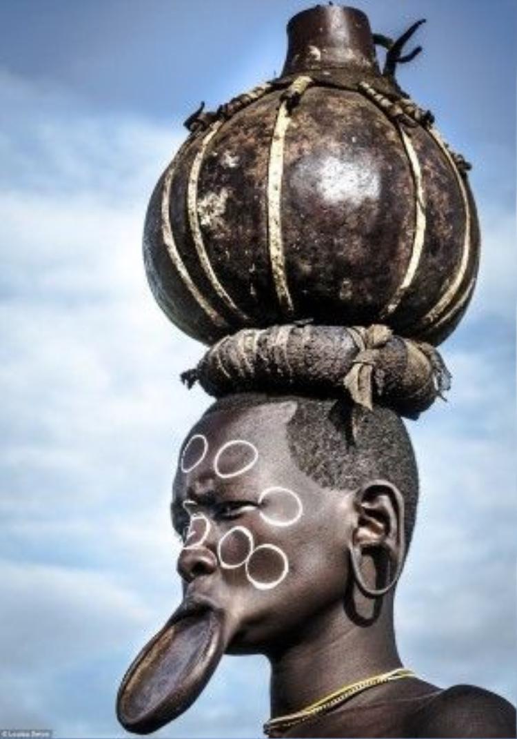 Theo truyền thống, phụ nữ Suri chăm sóc gia đình, con cái, làm việc đồng áng. Hũ của họ dùng để đựng bia sorghum, thức uống yêu thích của cả phụ nữ và nam giới.