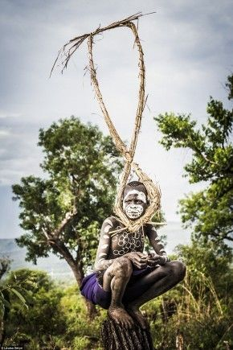 Seton mất 3 ngày lái xe từ Addis Ababa tới Kibbish để chụp ảnh cậu bé tộc Suri ở làng Naregeer, Thượng Omo, một vùng hẻo lánh sát biên giới Nam Sudan.