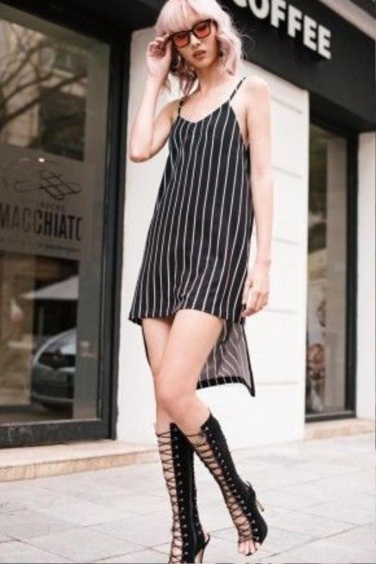 """Nguyễn Hằng - """"IT Girl"""" mới của làng thời trang Việt thời thượng trong chiếc slip-dress vạt lệch, kết hợp cùng kính gọng trong và giày cao gót sandal buộc dây cá tính."""