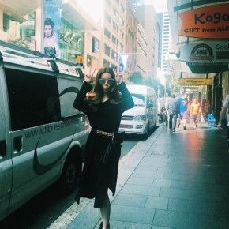 Nữ hoàng giải trí tạo dáng cực nhắng nhít và dễ thương trên đường phố.