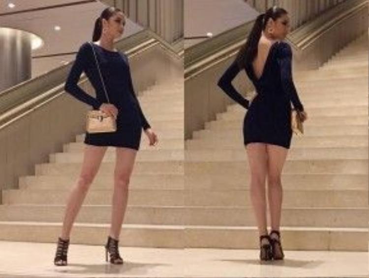 Kiểu váy này phô diễn được toàn bộ lợi thế hình thể của Phạm Hương. Kiểu tóc buộc đuôi ngựa cao cũng góp phần tạo nên phong thái tự tin, quyến rũ cho hoa hậu.