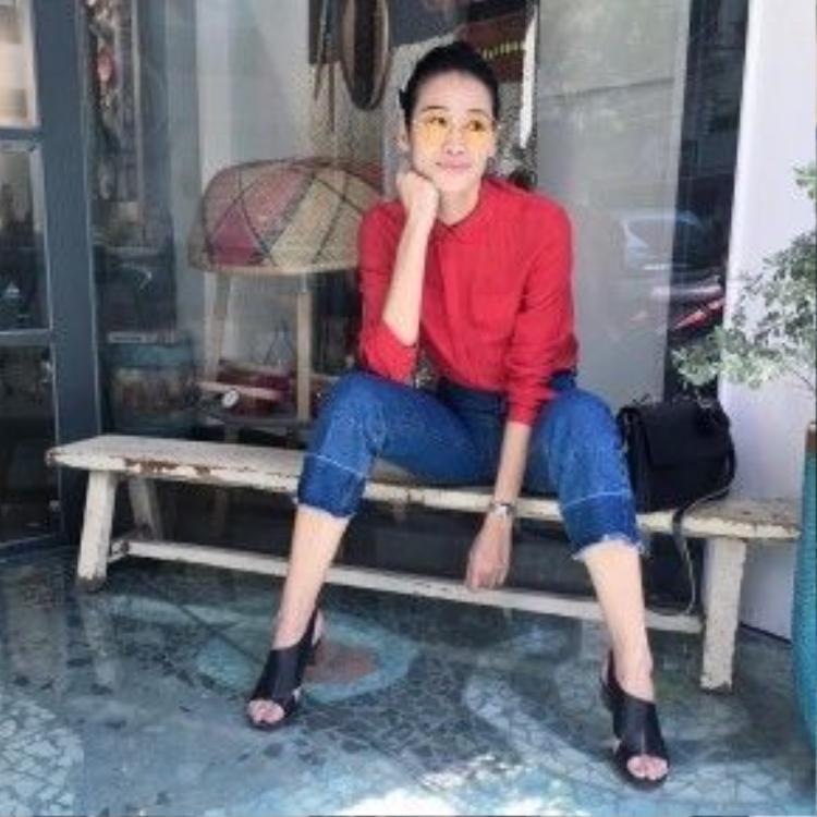 Mặc dù vậy, vẫn có những mỹ nhân như Thanh Trúc Trương thích chọn phong cách retro sặc sỡ cho ngày hôm nay với quần jean dáng culottes, áo sơ mi kết hợp với giày mules và kính gọng trong thời thượng.