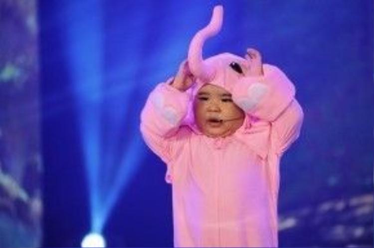Ku Tin tên đầy đủ là Huỳnh Minh Hoàng, sinh năm 2011. Cậu bé trở thành hiện tượng mạng nhờ các clip ca hát, nhảy và khả năng diễn xuất, nói chuyện như người lớn.