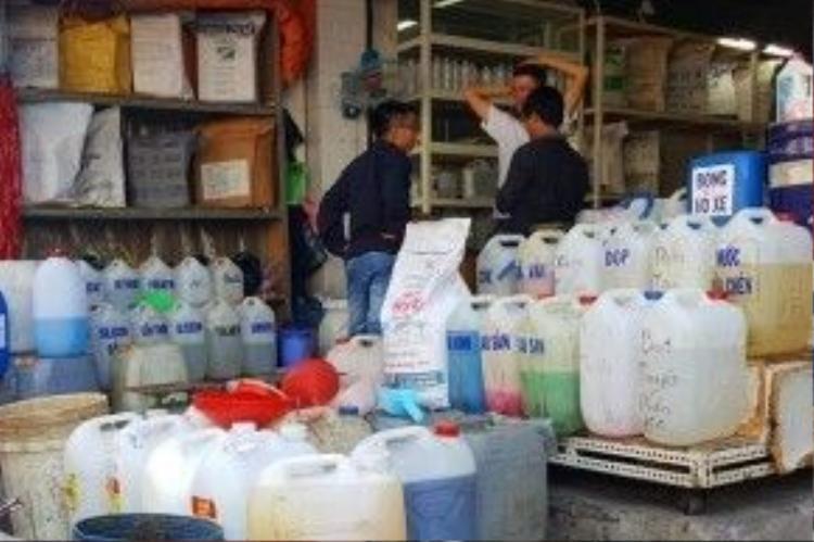 """Người chủ cửa hàng bán hóa chất ở chợ Kim Biên nhếch mặt, vội vã thanh minh không có bán a xit sunfuric bởi """"lính"""" trót giới thiệu cho chúng tôi là có."""