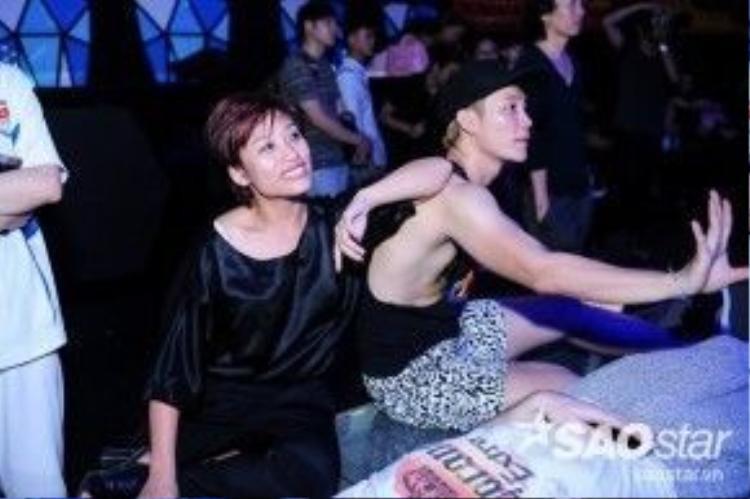 Trần Ly Ly vui vẻ xem phần trình diễn tuần này của top 5.