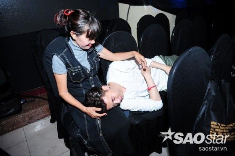 S.T ngủ gục trên đùi mẹ, MLee đọ eo 6 múi cùng trai đẹp Zhivko