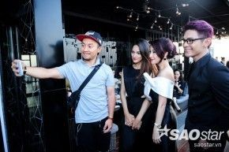 Pha Lê cùng những người bạn của mình vui vẻ selfie.