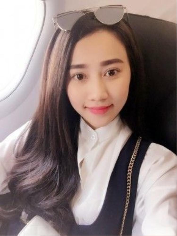 """""""Người yêu tin đồn"""" của Sơn Tùng MTP, Hồng Loan cực trong sáng với đôi môi màu hồng tươi. Nếu như bạn quá vội thì đừng quên chải mascara cho đôi mắt. Vừa xua tan mệt mỏi vừa giúp gương mặt trở nên tươi tắn hơn."""