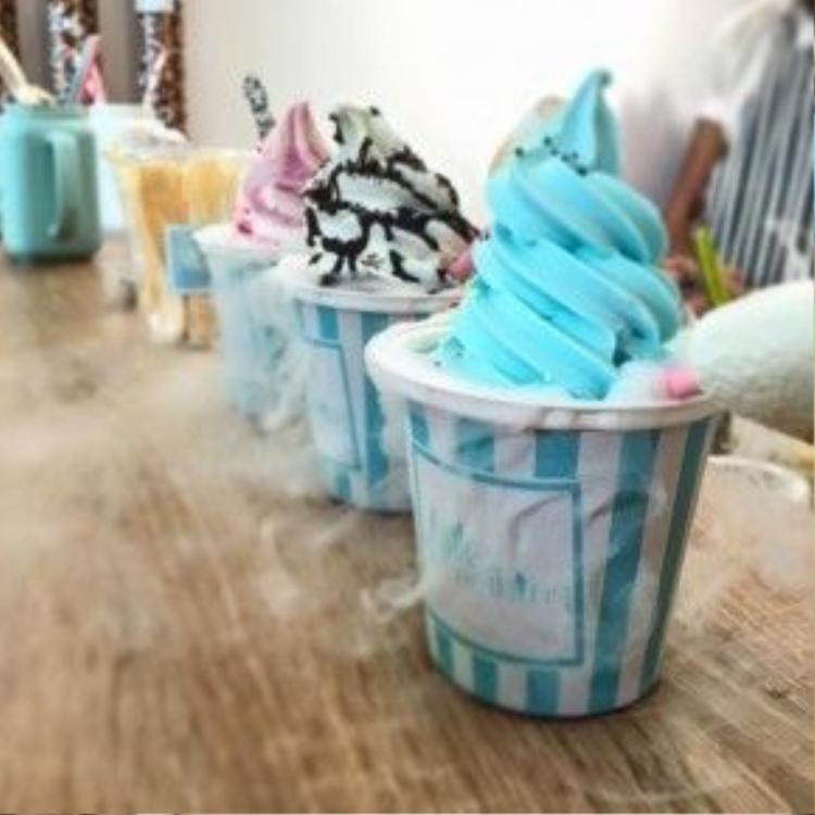 """Những làn khói tỏa ra từ ly kem đầy kích thích và thách đố vị khách sở hữu chúngnhư thể: """"Trông chúng tôi """"cool"""" không""""?"""