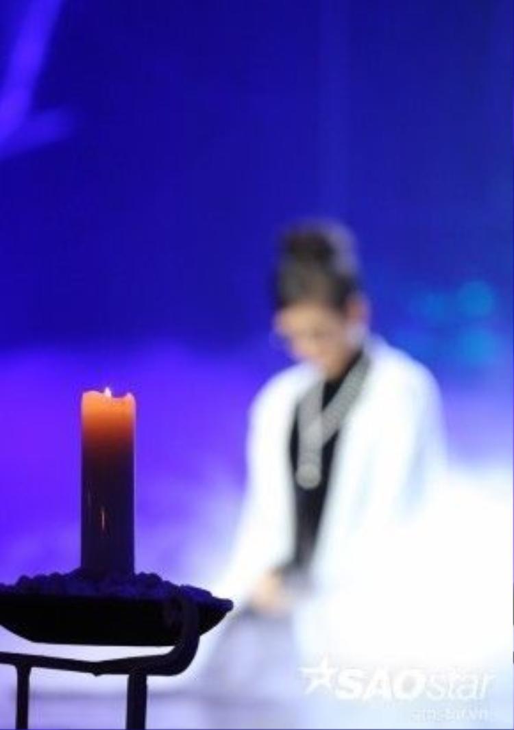 """Trong đêm nhạc, Hồng Nhung thể hiện ca khúc Cũng sẽ chìm trôi được phối khí bởi nhạc sĩ Trần Mạnh Tuấn. Ca khúc này cô rất ít khi biểu diễn trên sân khấu và khi viết bài hát này, Trịnh đã viết trước cho Hồng Nhung, giúp cô đến với thế giới âm nhạc chuyên nghiệp. """"Có nhiều hơn 3 tác phẩm Trịnh viết cho tôi nhưng tôi chỉ nhận những ca khúc nào anh Sơn đặt tên như Thủa bống là người hay Bống không là bống, còn những ca khúc khác sợ lắm"""", Hồng Nhung hóm hỉnh."""