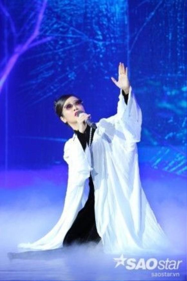 """Với đêm nhạc Như cánh vạc bay thì phần trình diễn của diva Hồng Nhung được khán giả chờ đón nhất, bởi lẽ """"Bống"""" từng có thời gian dài tiếp xúc với Trịnh, nghe Trịnh kể về những cảm xúc trong từng nhạc phẩm của ông, chính vì vậy, khi cất giọng, Hồng Nhung sẽ truyền tải được thông điệp, ý đồ mà tác giả muốn gửi gắm."""