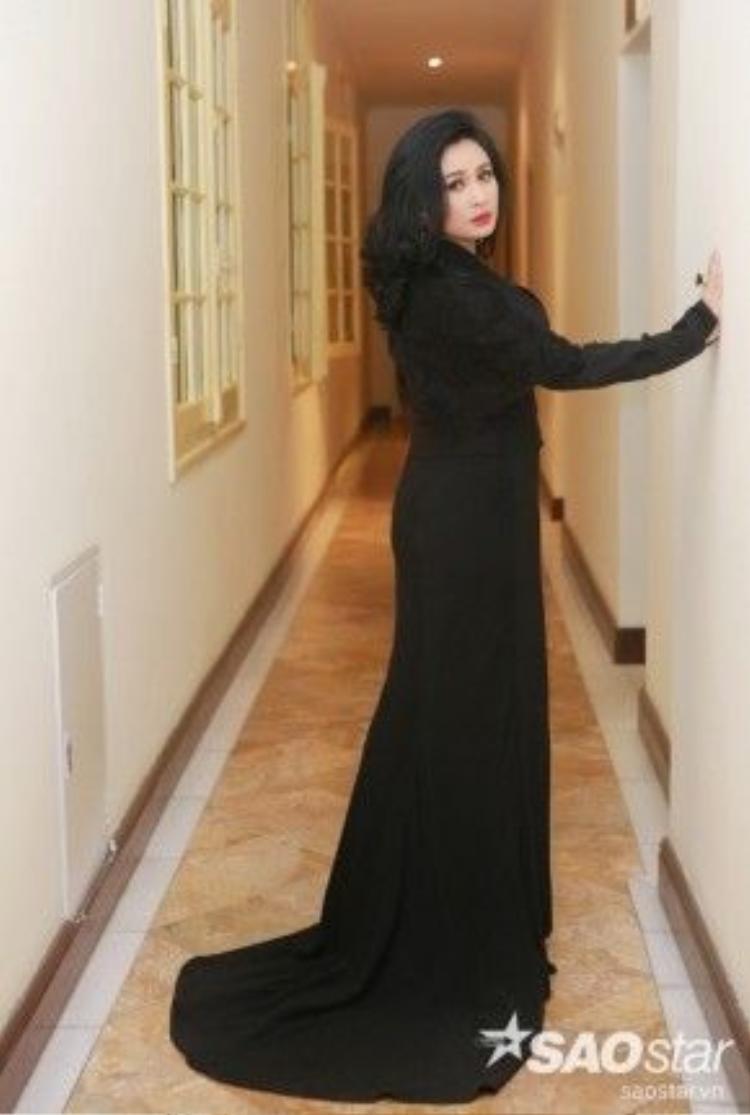 """Trong đêm nhạc, Thanh Lam xuất hiện với bộ đầm đen quyến rũ, đối lập với phong cách nữ tính, nhẹ nhàng của Miu Lê. """"Người đàn bà hát"""" ngày càng trẻ trung và đằm thắm."""