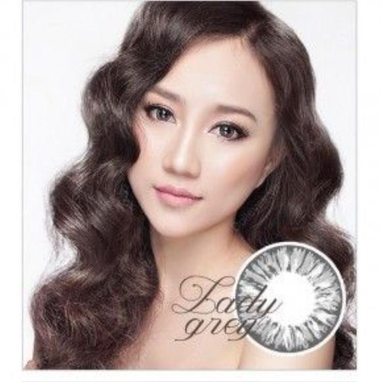 Hồng Loan khá thông minh khi chọn lựa cách kẻ eyeliner không quá sắc sảo, nhấn nhá vừa đủ để giúp mắt trông tự nhiên nhất có thể.