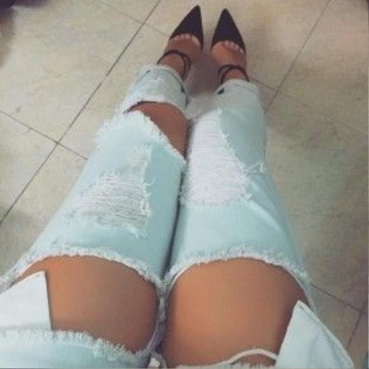 Chiếc quần jean được làm rách mang đậm cá tính của cô nàng.