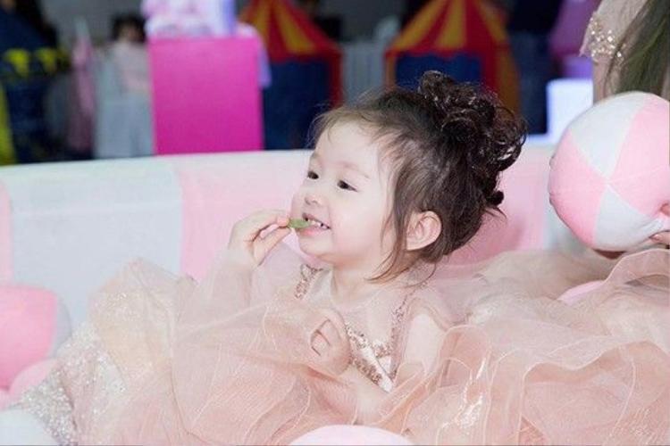 Lần đầu đi sự kiện, con gái Elly Trần khiến báo Thái hết lời khen ngợi