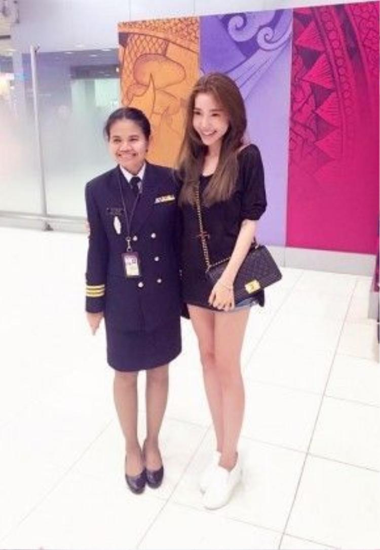 Elly Trần bày tỏ niềm vui khi được hải quan Thái Lan nhận ra và xin chụp ảnh cùng dù không hoạt động showbiz trong hơn 2 năm tập trung sinh em bé.