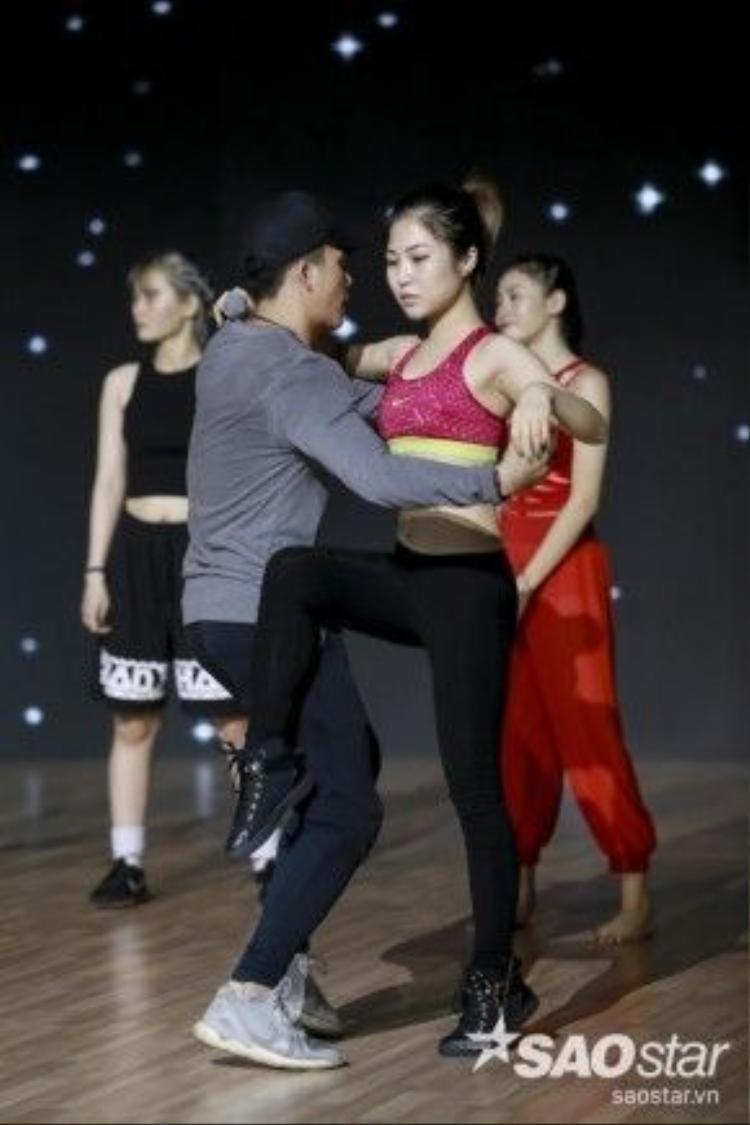 Hương Tràm khoe eo thon trên sân khấu Vip Dance.