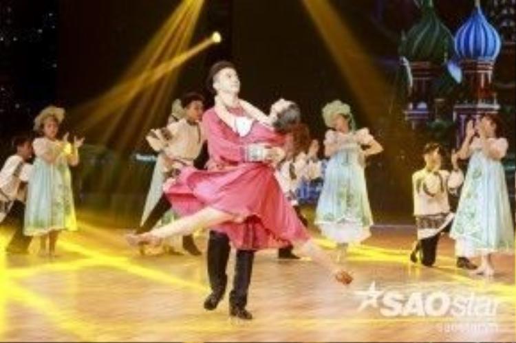 S.T cùng bạn nhảy sẽ mang đến những vũ điệu tươi vui của đất nước Nga đầy màu sắc.
