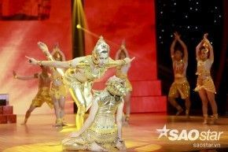 Hồng Quế và bạn nhảy mang đến những điệu nhảy Chăm nhẹ nhàng trên nền nhạc của ca khúc Mưa bay tháp cổ.