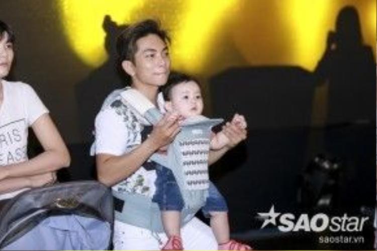 Trong khi Khánh Thi ra sân khấu để chuẩn bị và hướng dẫn cho các thí sinh, hai bố con Phan Hiền đành chơi đùa với nhau ở dưới hàng ghế khán giả.