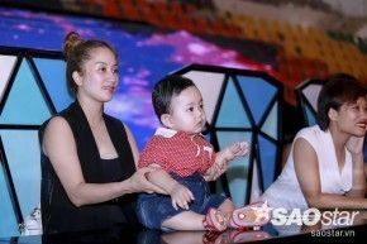 Sau đó, cậu nhỏ được trả về trong vòng tay của mẹ Khánh Thi.