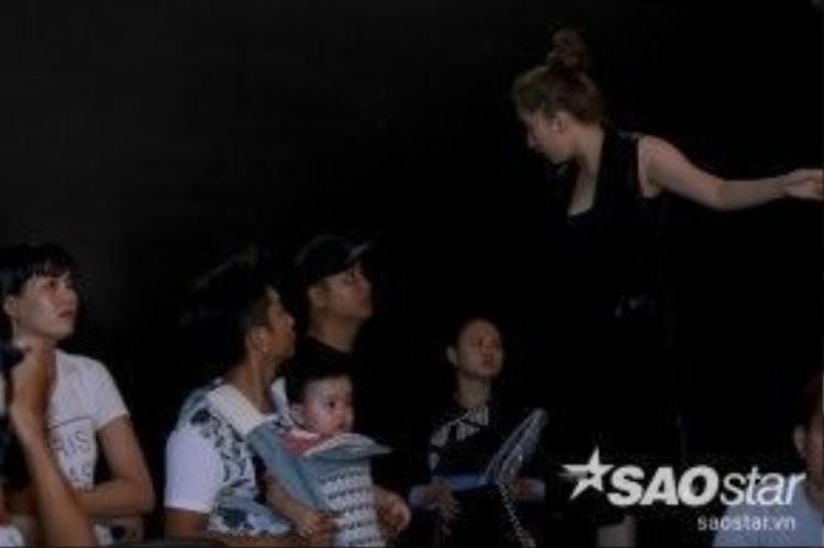 Cả gia đình Khánh Thi đều có mặt tại buổi tổng duyệt. Kubi được bố Phan Hiển bế trên vai.