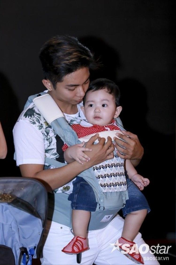 Con trai Khánh Thi diện áo đỏ, đáng yêu cực độ trên ghế nóng Vip Dance