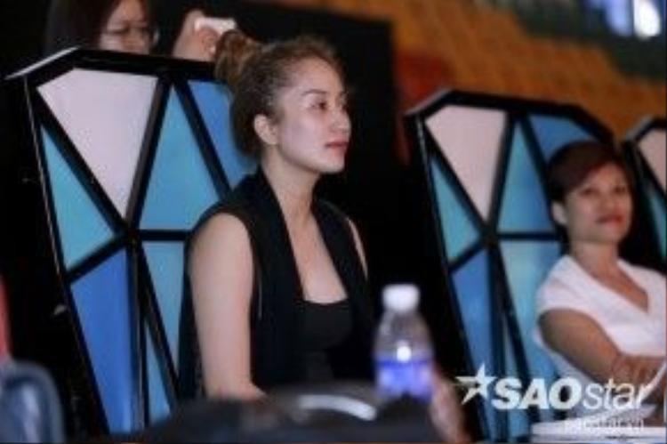 Trong khi đó, Khánh Thi vẫn miệt mài với vai trò giám khảo trên ghế nóng.
