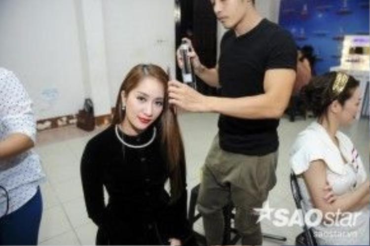 Hai vị giám khảo nữ là Trần Ly Ly và Khánh Thi cũng tất bật hóa trang.