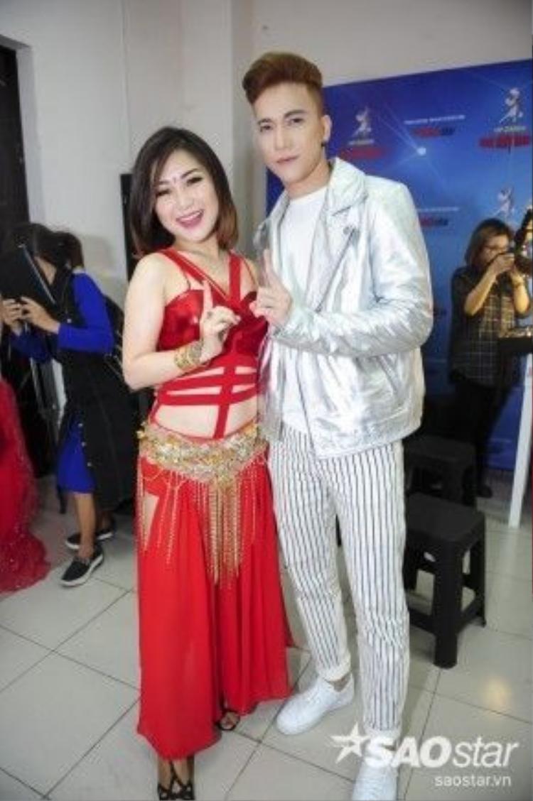 Hương Tràm khách mời mở màn đêm bán kết. Nữ ca sĩ thân mật chụp ảnh cùng S.T