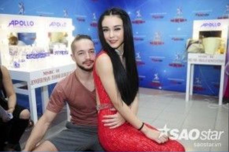 Cô nàng thân mật ngồi lên đùi Zhivo bạn nhảy của Khả Ngân. Tuần này, nam vũ công điển trai sẽ xuất hiện trong tiết mục của học trò Khánh Thi.