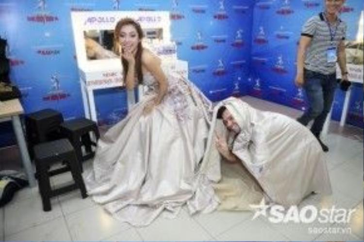 Tuy nhiên, anh bất ngờ chui vào váy khiến cô nàng vừa bất ngờ vừa buồn cười.