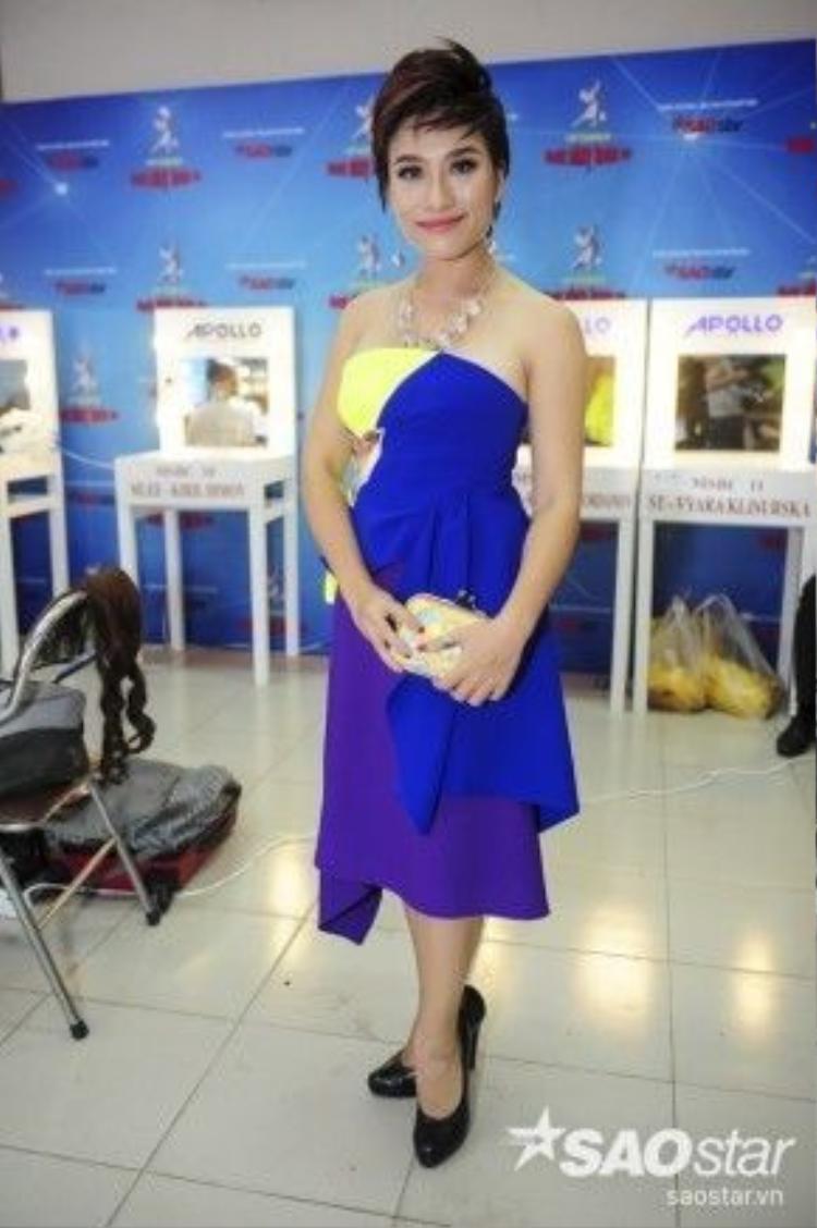 Trần Ly Ly xinh đẹp trong bộ trang phục khá bắt mắt.