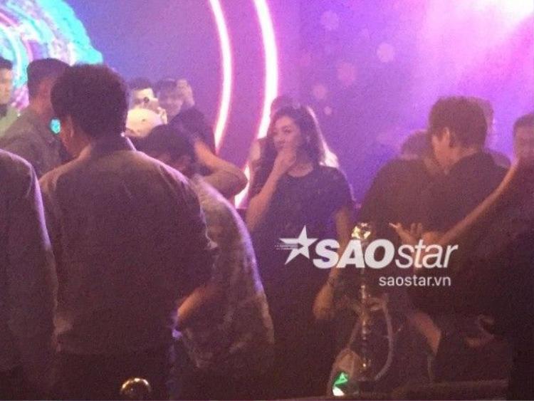 Á hậu Dương Tú Anh ngồi cùng bàn với Seungri (Big Bang) trong bar!