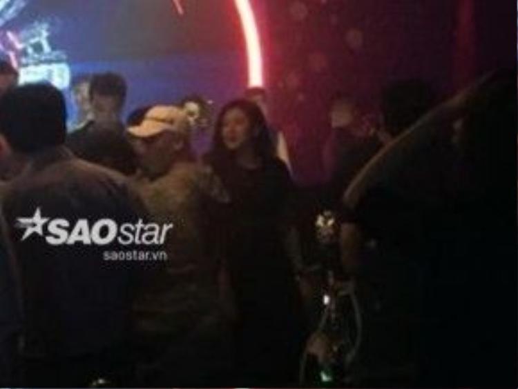 Á hậu đứng ngay cạnh nam ca sĩ thuộc nhóm Big Bang.