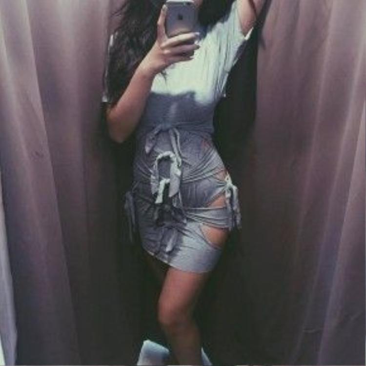 Chiếc đầm thun ôm do chính tay cô nàng thiết kế với những đường cut-out vô cùng táo bạo tôn lên toàn bộ đường cong cơ thể.
