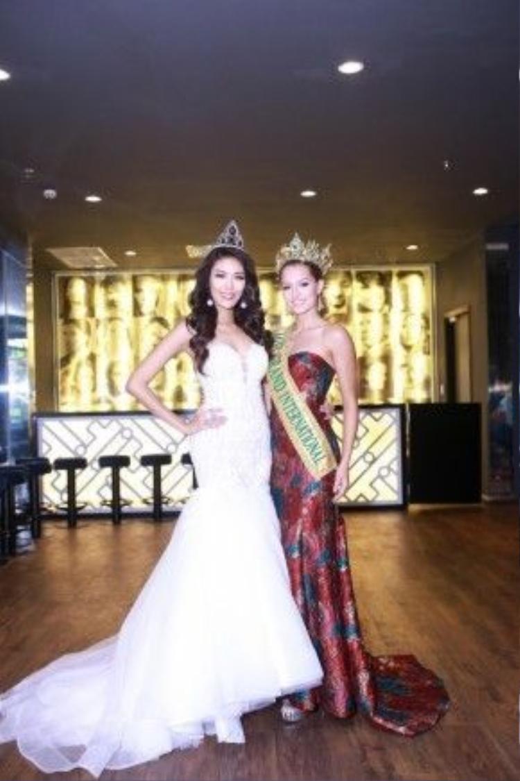 Hoa hậu Claire Elizabeth Parker, vốn là Á hậu 1 của cuộc thi đã nhận lại vương miện sau khi Hoa hậu bị tước ngôi vị.