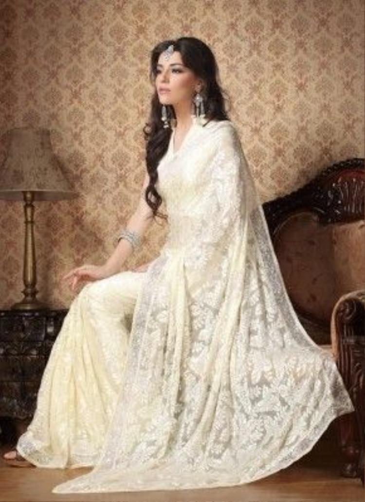 Theo ghi chép, thì màu trắng trong đạo Bà La Môn tượng trưng cho sự cao quý và không tạp niệm, phụ nữ mặc sari trắng có phục sức là tầng lớp thượng lưu trong đạo Bà La Môn.