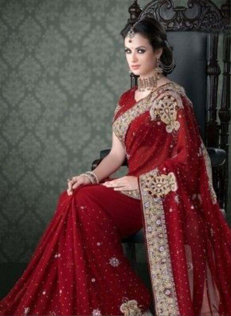 Áo sari trong ngày cưới thường có thêu màu đỏ với những sợi vàng. Hầu hết phụ nữ Ấn Độ khi về nhà cồng đều diện sắc đỏ. Màu đỏ theo phong tục là màu tượng trưng cho tình cảm và sự sinh sản.