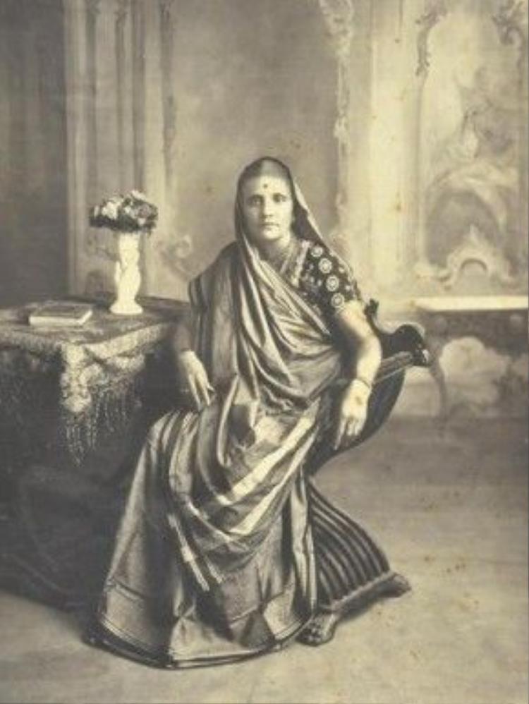 Lịch sử ghi lại, sari được nhắc đến lần đầu tiên đó là trong sử thi của Ấn độ, và được xem là một di sản nghệ thuật có 5.000 năm tuổi.Trong thời kỳ Hy Lạp cổ đại, sari được kết cấu từ hai mảnh vải dài, một mảnh dùng để quấn xung quanh cơ thể, trong khi mảnh còn lại thì vắt chéo ngang bán thân và vai. Phần cuối vải thừa có thể để buông hoặc vắt ra sau lưng.