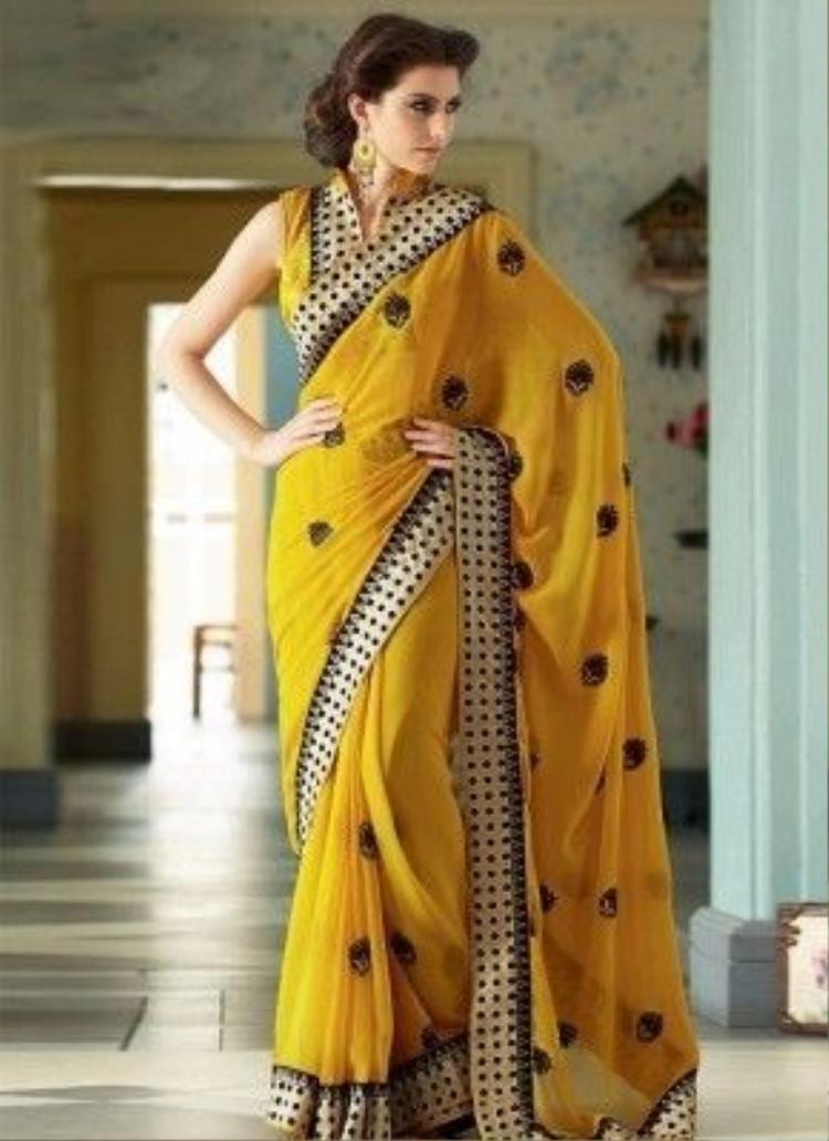 Màu vàng là một màu thường được sử dụng nhất trong sarees Ấn Độ mô tả tôn giáo và khổ hạnh. Ngoài ra, màu vàng trong phong tục Ấn Độ còn có ý nghĩa giải phóng tinh thần ra khỏi vòng vây luân hồi, tạo phúc đức cho xã hội.