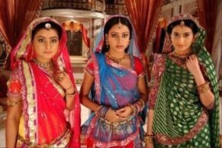 Trong khi đó, trang phục sari hiện đại có nhiều nét cách tân bây giờ chỉ có một mảnh vải đơn dài khoảng từ 5 -9 mét và một mảnh rộng khoảng một mét. Hai mảnh không đơn điệu như trước đây mà được trang trí với nhiều chi tiết ren, viền và đính đá cầu kỳ, lộng lẫy hơn cho phù hợp với yêu cầu của cuộc sống hiện đại nhưng vẫn giữ nguyên kiểu thiết kế, không mất đi nét truyền thống.