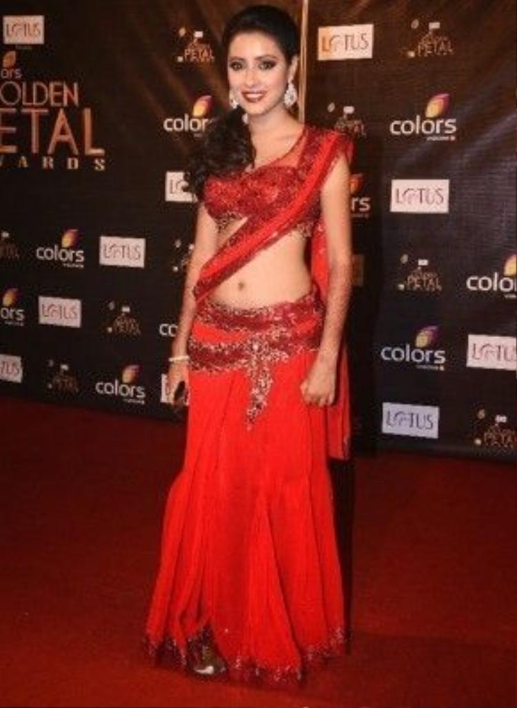 Gợi cảm hơn với bộ váy áo Sari croptop để lộ vòng 2 quyến rũ.