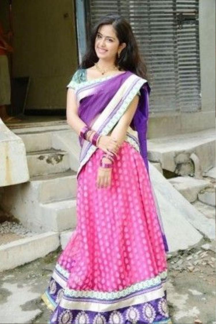 Trang phục truyền thống của các người đẹp Ấn thường có thể để lộ bắp tay.
